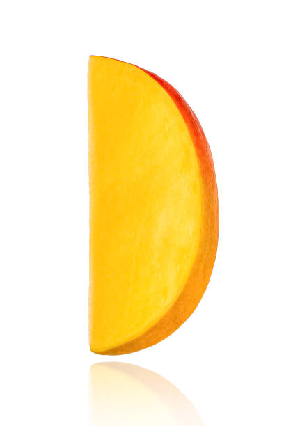fruta de mango. trozo, rebanada, aislado sobre fondo blanco - mango fotografías e imágenes de stock