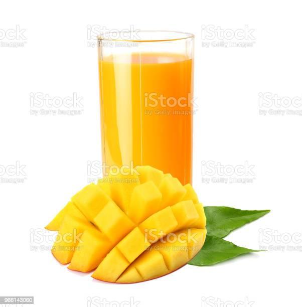 Succo Di Mango Con Fetta Di Mango Isolata Su Sfondo Bianco Bicchiere Di Succo Di Mango - Fotografie stock e altre immagini di Arancione