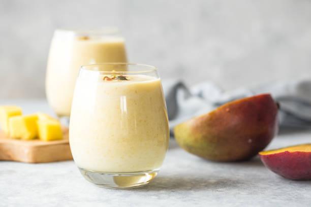 mango lassi, yogur o batido. saludable probiótico frío verano - kéfir fotografías e imágenes de stock