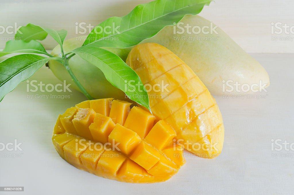 Mango elegantemente con hoja de corte sobre un fondo de madera foto de stock libre de derechos