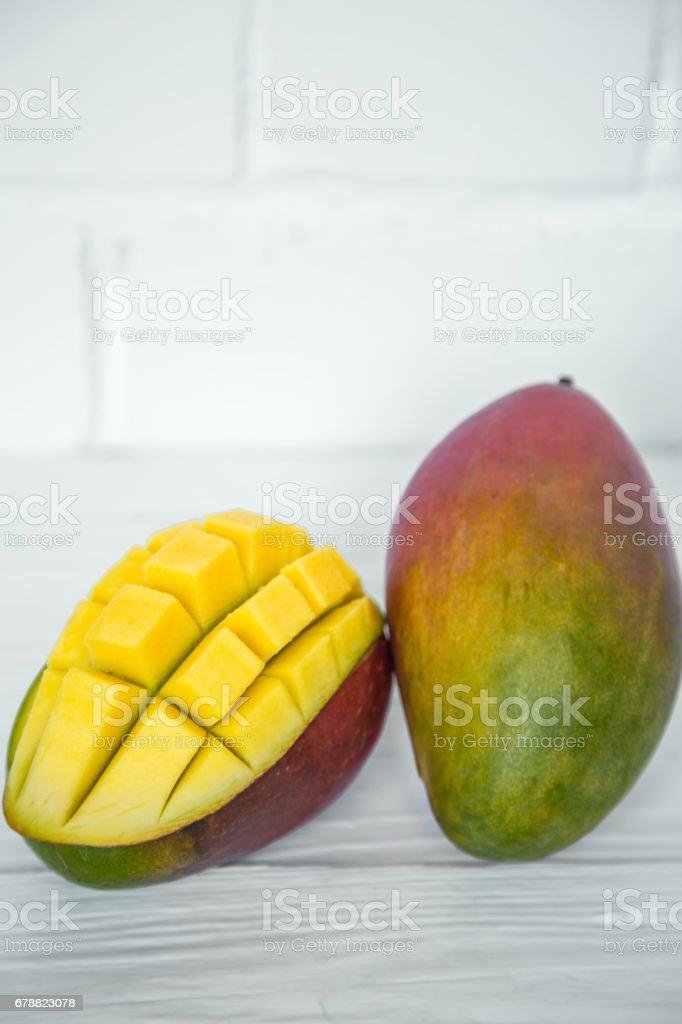 Mango sur un fond en bois blanc photo libre de droits