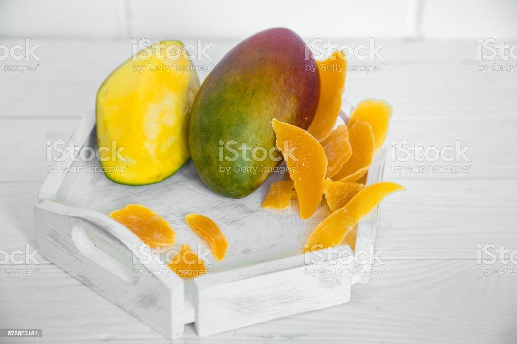 Mango sur un fond en bois blanc avec jus photo libre de droits