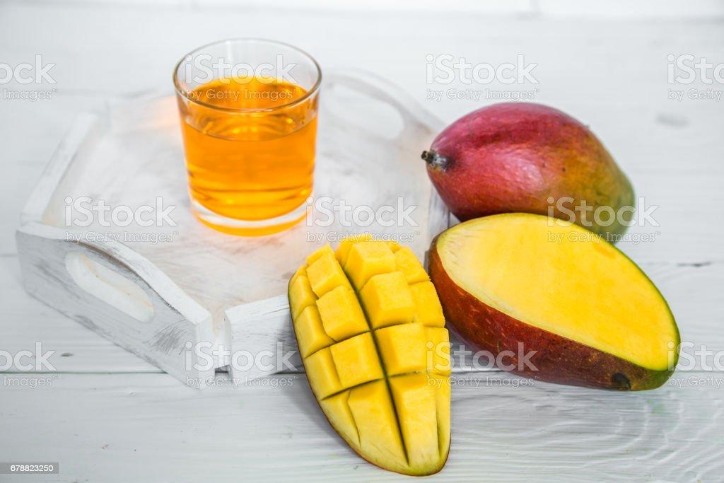 Mango suyu ile beyaz ahşap zemin üzerinde royalty-free stock photo