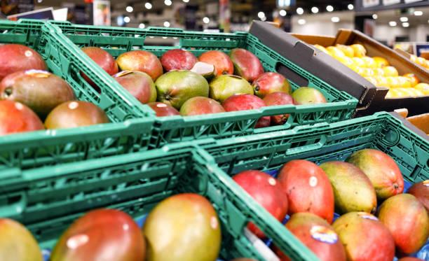 mango en el estante en la tienda de supermercado - foto de stock