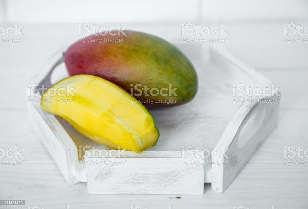 Mango Beyaz ahşap zemin üzerinde royalty-free stock photo