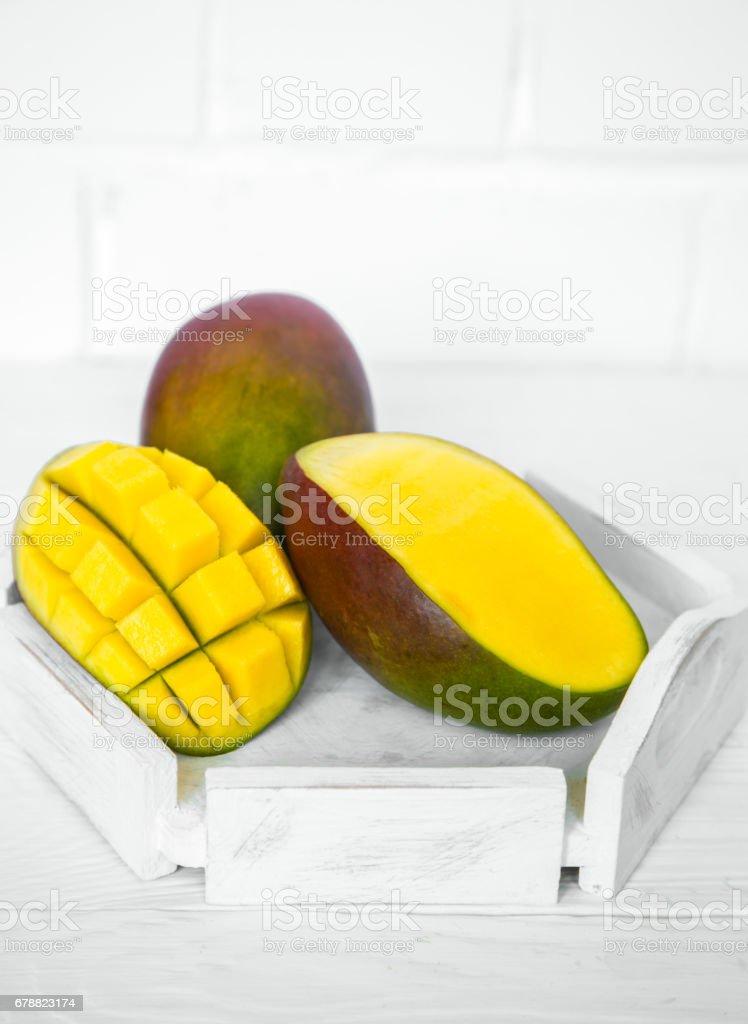 Mango sur fond en bois blanc photo libre de droits