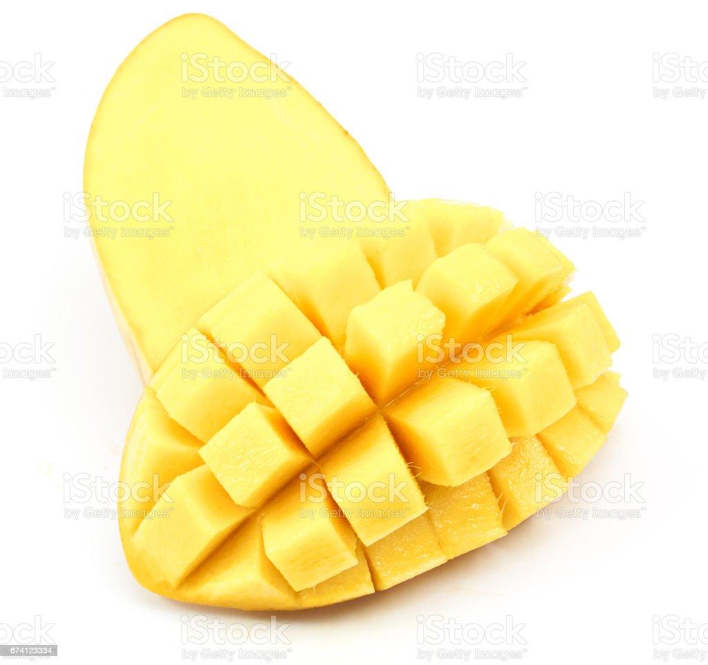 芒果切片切割到立方體關閉在白色背景上隔離 免版稅 stock photo