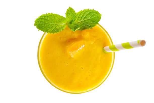 mango smoothies bunte orangensaft trinken gesunde der geschmack lecker in glas trinken folge morgen isoliert auf weißem hintergrund aus draufsicht mit beschneidungspfad. - pfirsich milchshake stock-fotos und bilder