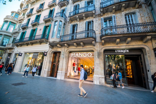 Mango store at Passeig de Gracia, shopping street in Barcelona, Spain Barcelona, Spain - September 29, 2016: People shopping on famous Passeig de Gracia, shopping street full of trendy shops. Mango store passeig de gracia stock pictures, royalty-free photos & images