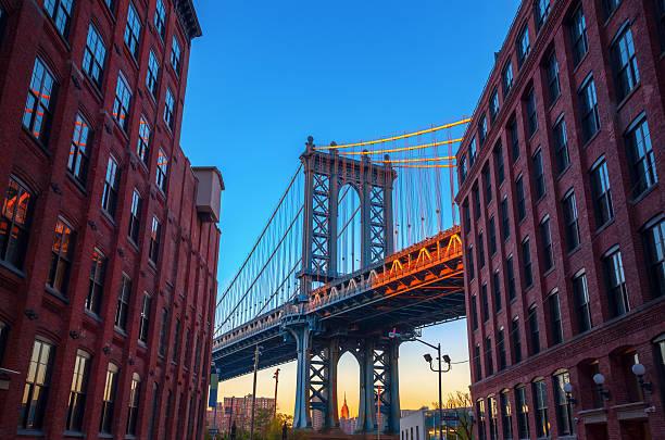 manhattan bridge aus brooklyn - städtetrip stock-fotos und bilder