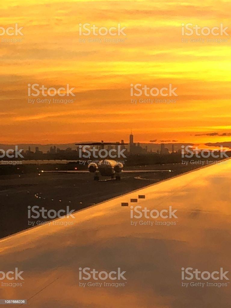 Manhattan desde el aeropuerto jfk al atardecer - foto de stock