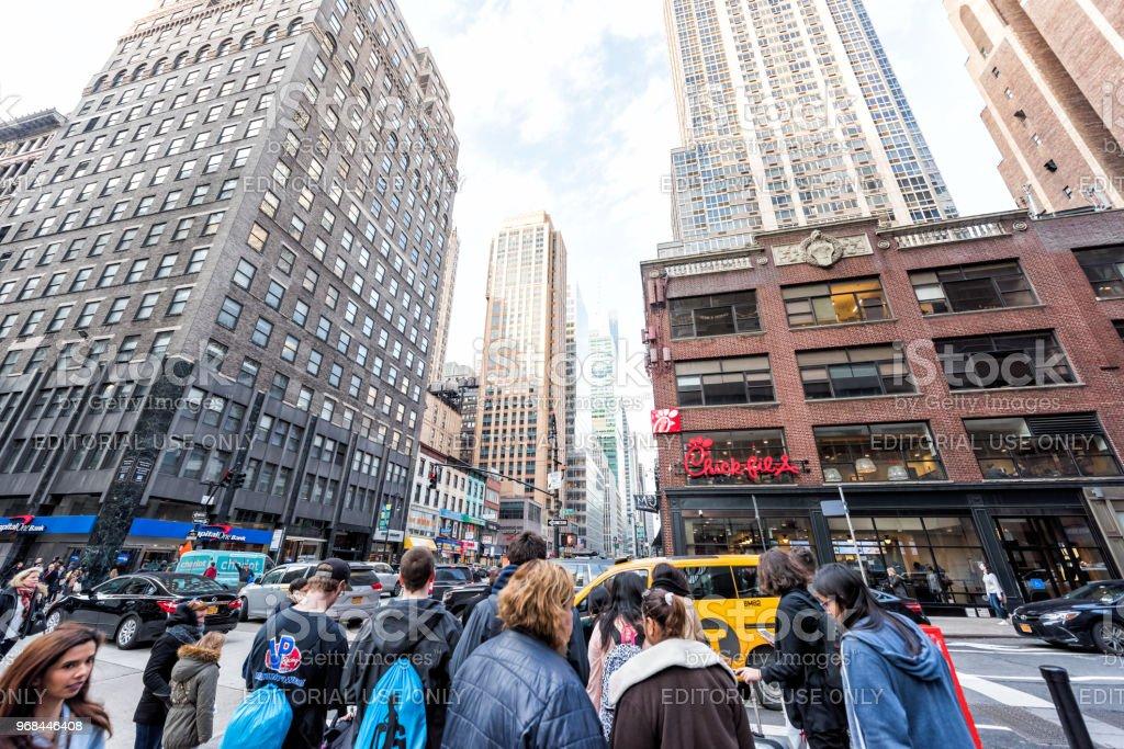 ヘラルド スクエア6 番街の道路標識巨大な多く大勢の人の混雑した通り ...