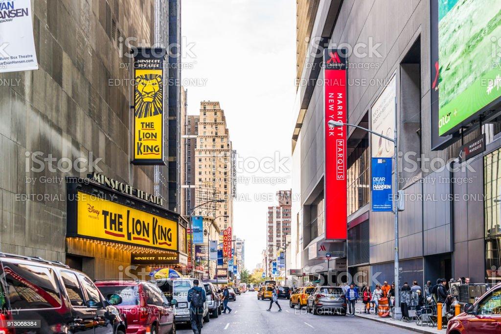 Edifícios de Manhattan NYC de midtown Times Square, Broadway avenue road, rua 45, assina anúncios, Disney Rei Leão Musical no Minskoff Theater, Marriott hotel - foto de acervo