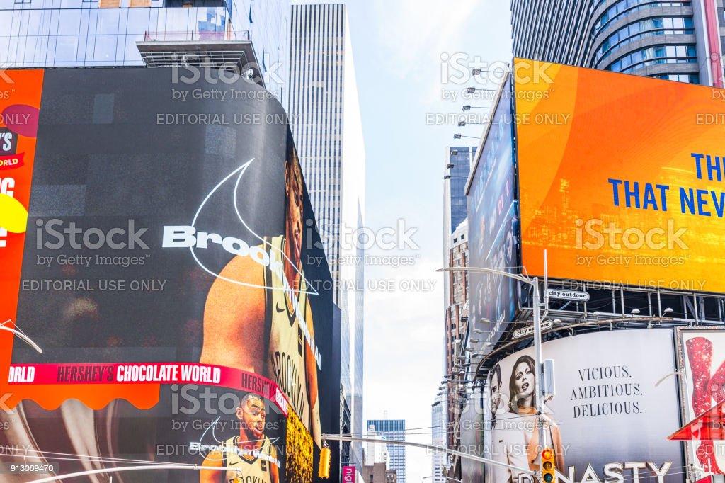 Edifícios de Manhattan NYC de midtown Times Square, estrada Avenida Broadway, assina anúncios para Chocolate Hershey, Brooklyn Nike - foto de acervo