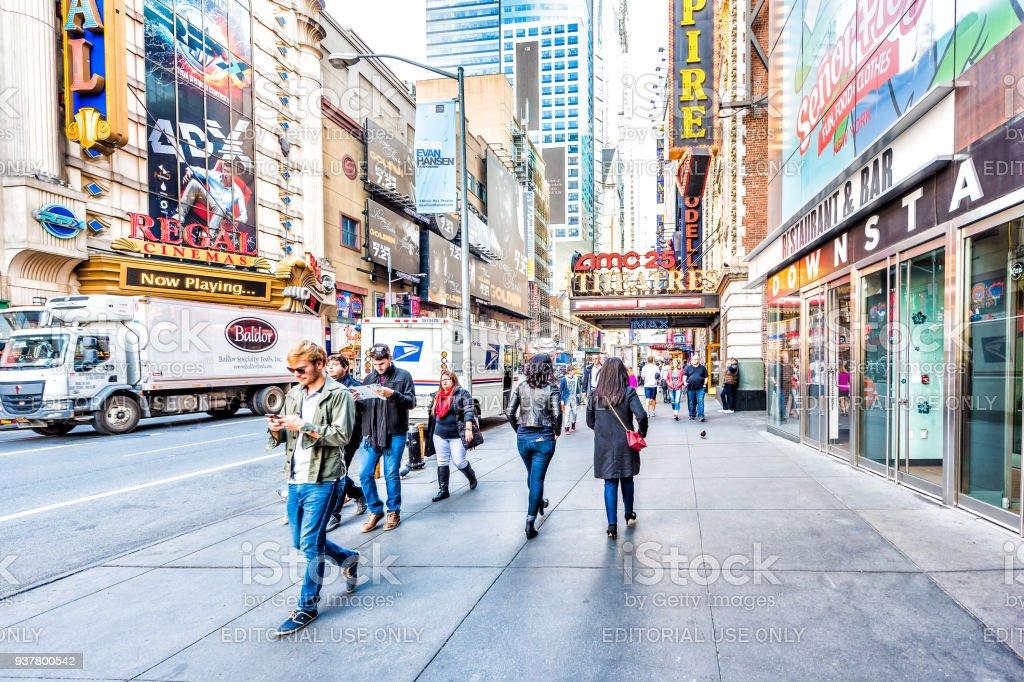Edifícios de Manhattan NYC de midtown Times Square, estrada Avenida Broadway, assina por AMC Cinema Teatro - foto de acervo