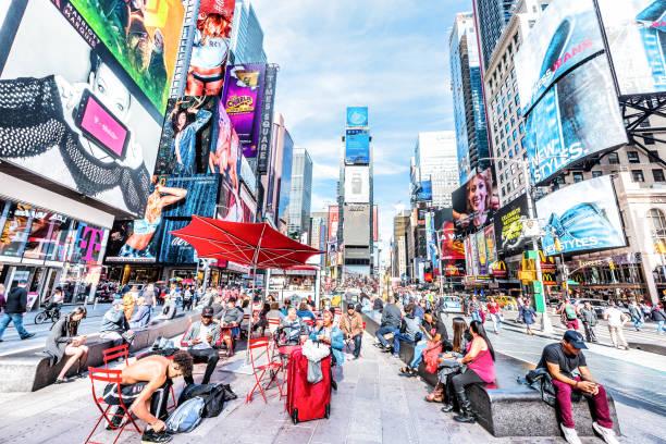 manhattan nyc gebäude von midtown, times square, broadway avenue road, duffy square mit vielen masse menschen, wolkenkratzer - tageslichtbeamer stock-fotos und bilder