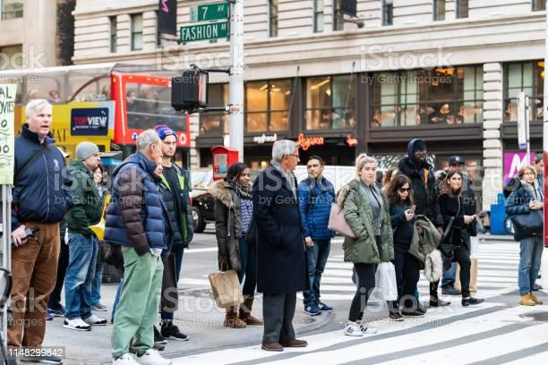 マンハッタン Nyc は7番街の道路標識とファッションを持つミッドタウン ...