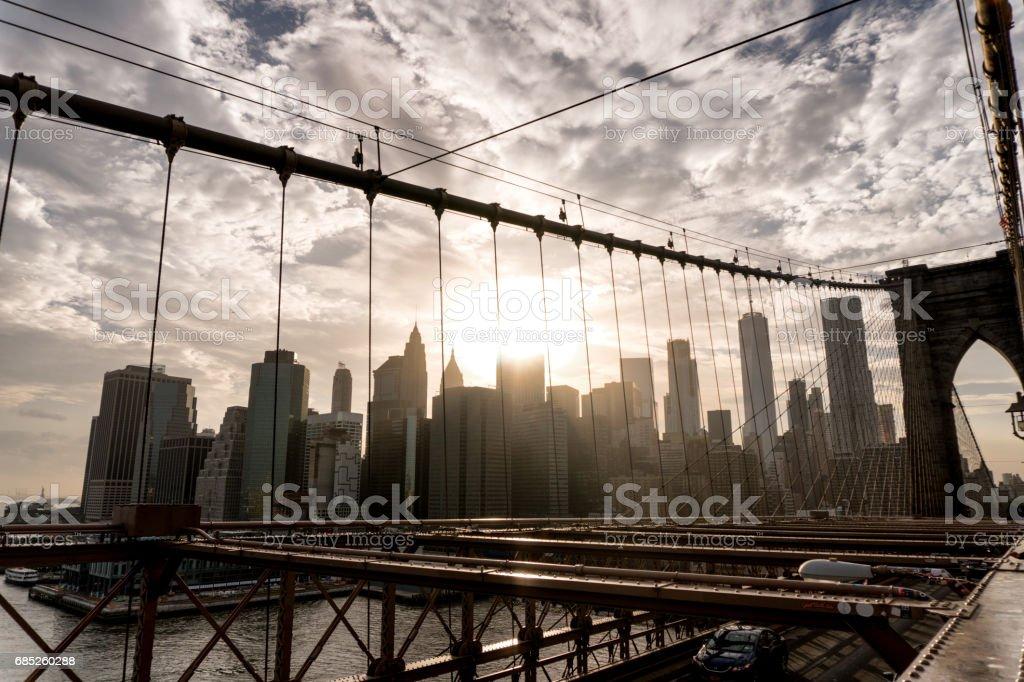 Skyline de Manhattan desde el puente de Brooklyn al atardecer foto de stock libre de derechos