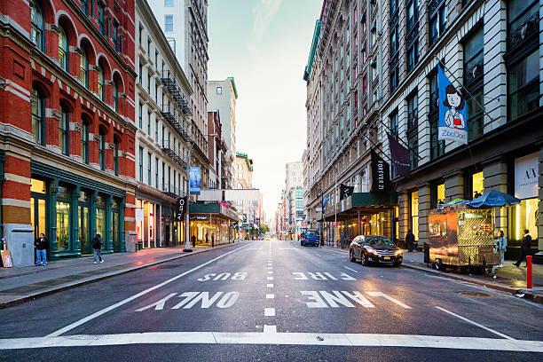 Manhattan Soho Broadway para o norte de manhã cedo - foto de acervo