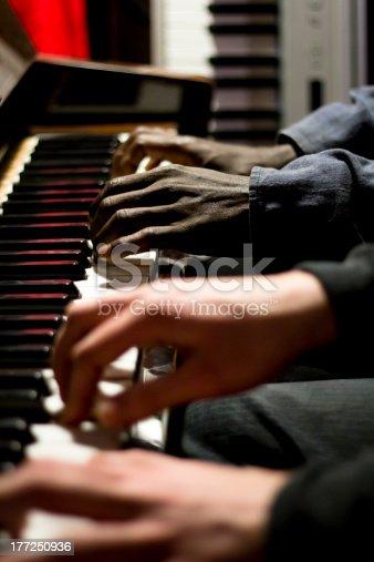 Mani Bianche e nere che suonano il pianoforte