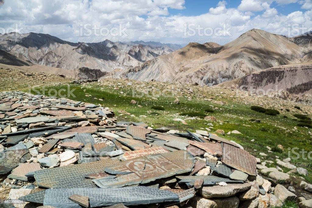 Mani stenmuren nära Nemaling. Markha dalen trek (Ladakh) royaltyfri bildbanksbilder