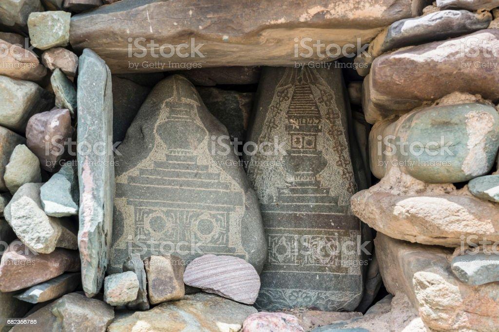 Mani stones with chorten carvings. Trekking in Markha valley (Ladakh) foto stock royalty-free