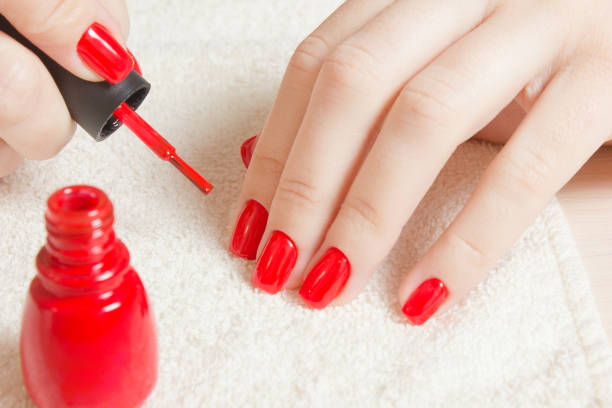 maniküre - schöne gepflegte frau nägel mit rotem nagellack auf weichen weißen handtuch. - nägel lackieren stock-fotos und bilder