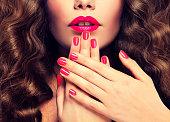 爪鮮やかな赤い口紅と、密な毛に赤い色のマニキュアします。