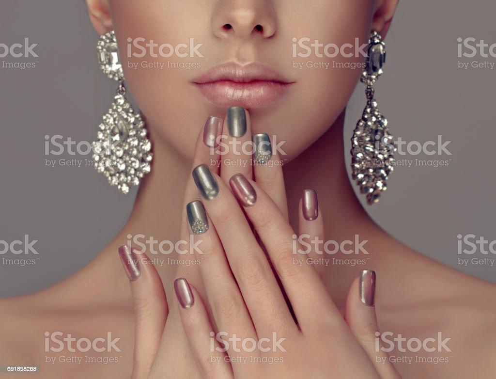 Manicure em uma cor de prata nas unhas e olhos smokey estilo compõem. - foto de acervo