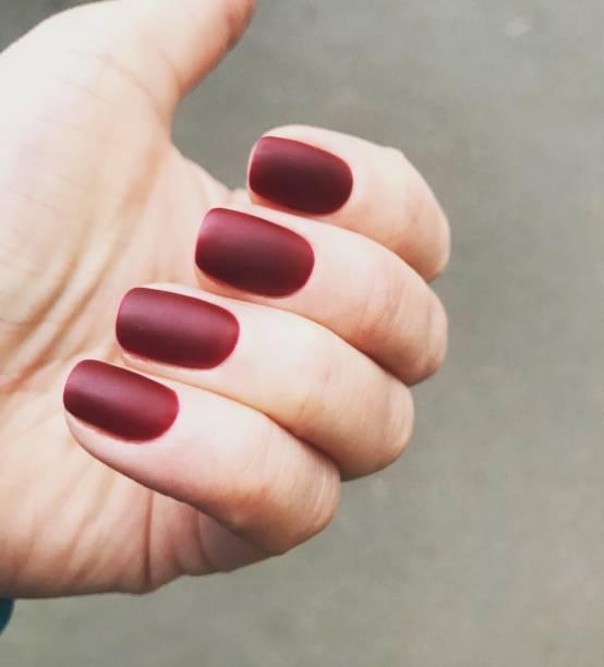 maniküre - nägel matt farbe - herbst nagellack stock-fotos und bilder
