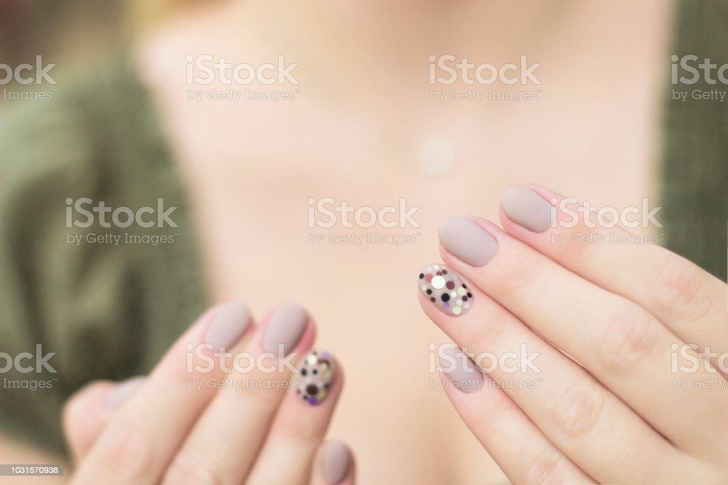 Manikure Nageldesign An Zwei Handen In Grau Mit Pailletten