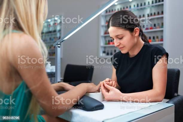 Manicure Pielęgnacja Paznokci Dla Klienta - zdjęcia stockowe i więcej obrazów Paznokieć