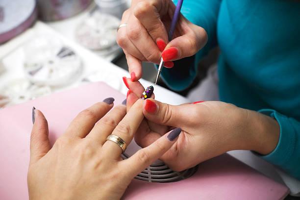 maniküre mit nagellack - nailstudio stock-fotos und bilder