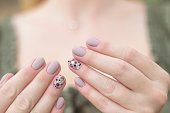 マニキュア、爪、ネイル アート デザイン ジェル マニキュア灰色の 2 つの手のドット ブラック、シルバー、ブラウン、パープルの薬指にスパンコールの中立的な光色で