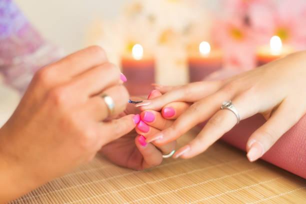 maniküre-prozess in eine professionelle beauty-salon - gelnägel stock-fotos und bilder