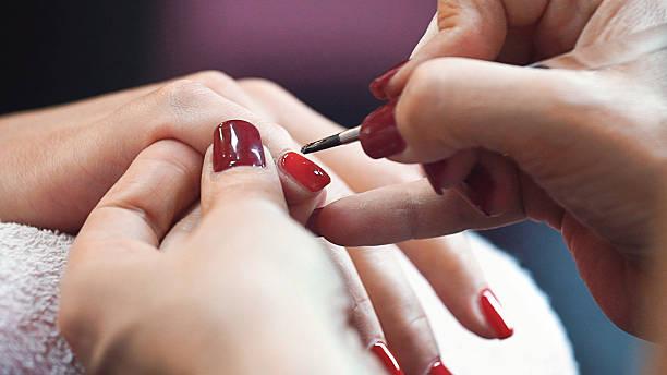 maniküre-behandlung. - nailstudio stock-fotos und bilder