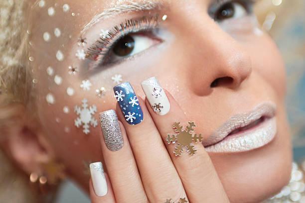 maniküre mit schneeflocken. - nageldesign weihnachten stock-fotos und bilder