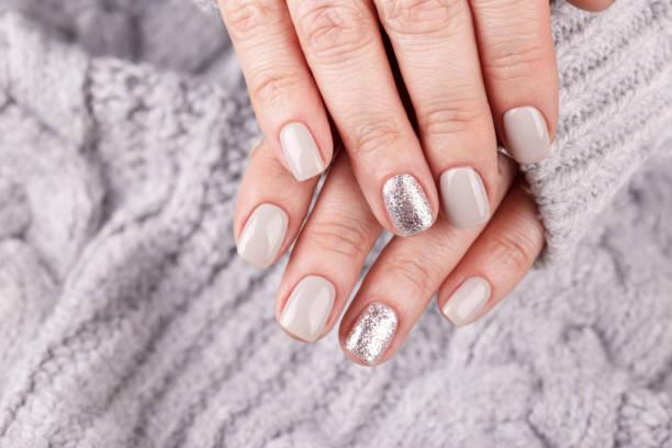 manicured frau hände - herbst nagellack stock-fotos und bilder