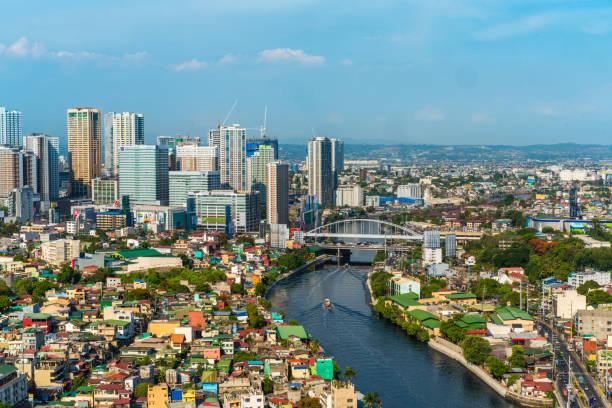 Área de Makati EDSA de Manila por día ciudad edificios puente coches y casas durante el día - foto de stock