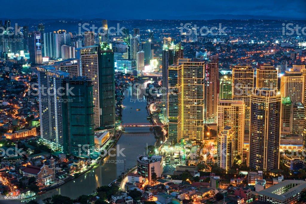 Manila Makati in der Dämmerung – Foto