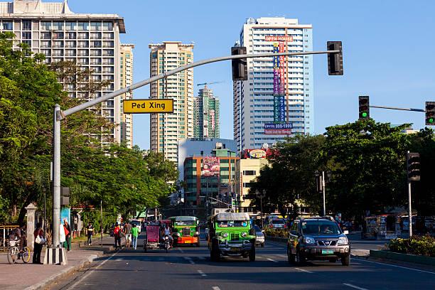 Manila, Filipinas-Jeepenys en el semáforo - foto de stock
