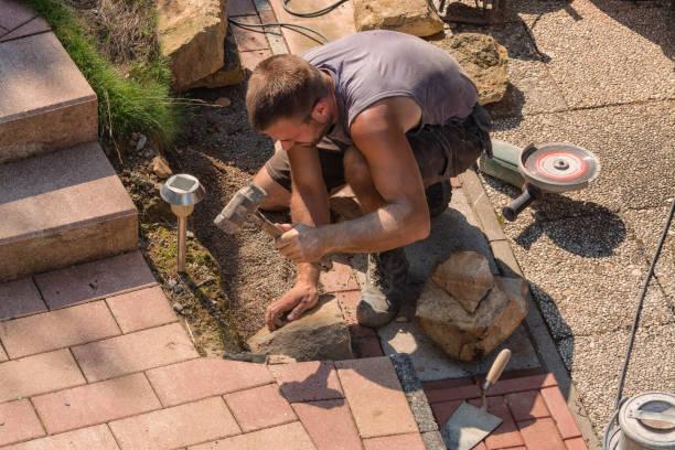 mann beim mauern einer sandsteinwand - steinbock mann stock-fotos und bilder