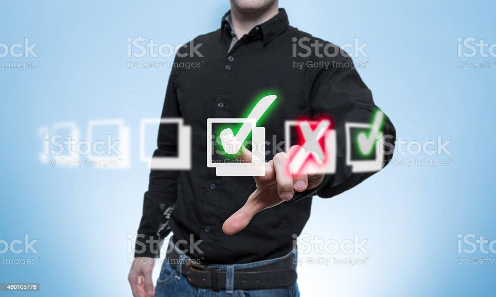 Ab de Mann hakt eine Virtuelle Check-Liste - foto de stock