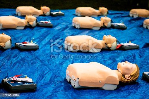 Plusieurs mannequin de secourisme sur un bache bleu destiné à l a formation réanimation.