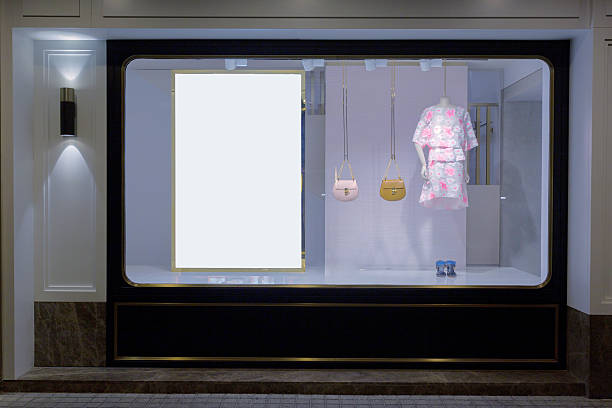 schaufensterpuppe im mode-shop-display fenster - schild mode stock-fotos und bilder