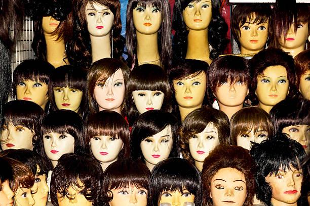 schaufensterpuppe mit farbenfrohen perücke - barbiekleidung stock-fotos und bilder