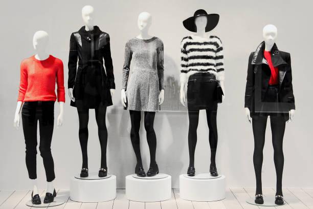 mannequins dans le magasin de vêtements - mannequin photos et images de collection