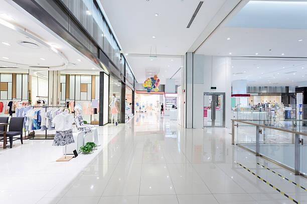 manequins em de janela de loja de moda - shopping - fotografias e filmes do acervo