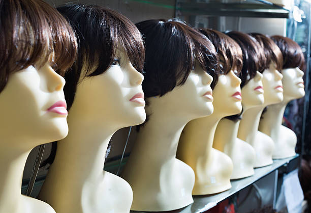 mannequins with brown-haired and brunet style wigs on shelves - 가발 뉴스 사진 이미지