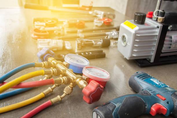 manometers measuring equipment for filling air conditioners,gauges. - przyrząd pomiarowy narzędzie do pracy zdjęcia i obrazy z banku zdjęć